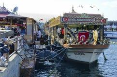 """Balik ekmek znaczenia """"fish sandwich† popularna Turecka ulica Zdjęcie Royalty Free"""
