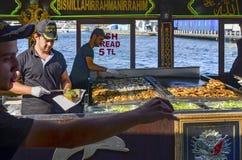 """Balik ekmek znaczenia """"fish sandwich† popularna Turecka ulica Zdjęcia Stock"""