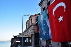 Balikesir, Ayvalik Turcja, Sierpień, - 29, 2015: Turecczyzny Ataturk i flaga plakat na Ayvalık urzędu miasta budynku przy Balike Fotografia Royalty Free