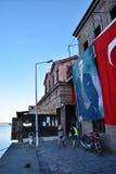 Balikesir Ayvalik, Turkiet - Augusti 29, 2015: Turkisk flagga- och Ataturk affisch på den Ayvalık stadshusbyggnaden på Balikesir Royaltyfri Fotografi