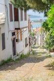 BALIKESIR TURKIET - MAJ 18 2015: En smal gata Royaltyfri Bild