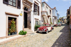 BALIKESIR TURKIET - MAJ 18 2015: En smal gata Royaltyfri Fotografi