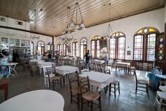 BALIKESIR, TURQUÍA - 18 DE MAYO DE 2015: Opinión interna del café del kahve famoso del tas en la isla de Cunda Alibey, Ayvalik Es Imagen de archivo libre de regalías
