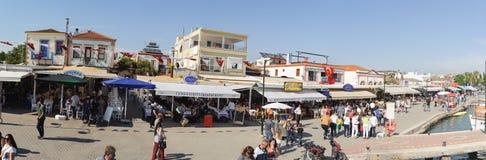 BALIKESIR, TURQUÍA - 21 DE MAYO DE 2016: Panorama del paisaje urbano de la ciudad turística, isla de Cunda Alibey, Ayvalik Es una Fotografía de archivo libre de regalías