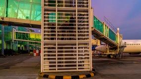 Balikpapan/Indonésia - 9/27/2018: A atividade no aeroporto no alvorecer/crepúsculo; foto de stock