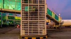 Balikpapan/Indonesien - 9/27/2018: Aktiviteten i flygplatsen på gryning/skymning; arkivfoto
