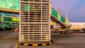 Balikpapan, Indonezja/- 9/27/2018: Aktywność w lotnisku przy świtem, półmrokiem/; zdjęcia stock