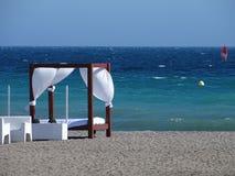 Balinees bed en witte leunstoelen op het strand royalty-vrije stock foto's