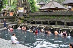 Balinees bij het tampaksiring van tempel royalty-vrije stock fotografie