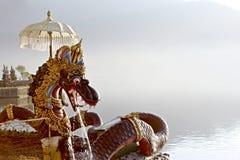 Balinees Dragon Statue With een Paraplu dichtbij door het Meer stock afbeelding