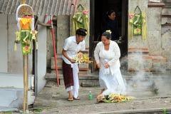 Balinees Paar die Galungan vieren Stock Afbeeldingen