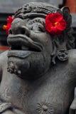 Balinees standbeeld in de tempel, Ubud, Bali stock foto's