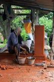 Balinese arbeider die decoratief element in Bali construeren royalty-vrije stock afbeeldingen