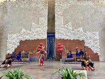 Balinese dansprestaties op stadium bij de ochtend in Garuda Wisnu Kencana GWK in Bali in Indonesië stock afbeeldingen