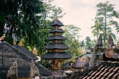 Balinese die daken van tempels van stro worden gemaakt royalty-vrije stock foto