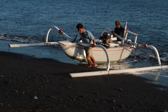 Balinese fishermen back on the beach Royalty Free Stock Photos