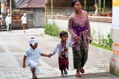 Balinese-Frau mit Kindern in Tirta Empul Stockfotos