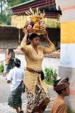 Balinese-Frauen-tragende Zubringer auf ihrem Kopf Stockfotografie