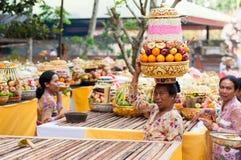 Balinese-Frauen-tragende Zubringer auf ihrem Kopf Lizenzfreies Stockbild