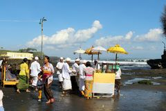Balinese Hindoese priesters die rond iconische Pura Tanah Lot bidden royalty-vrije stock foto