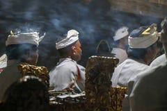 Balinese Hindoese priesters en mensen bij een ritueel bij tempel, ceremon stock afbeeldingen