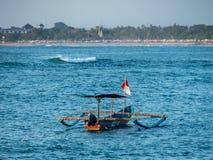 Balinese Jukung con el motor externo foto de archivo