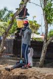 Balinese local n'aimant pas le soleil brûlant sa peau photo libre de droits