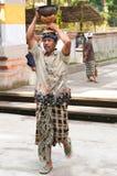 Balinese-Mann-tragende Zubringer auf seinem Kopf Stockfotos