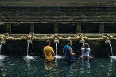 Balinese mensen tijdens ceremonie bij de Tempel van Tirta Empul Stock Foto