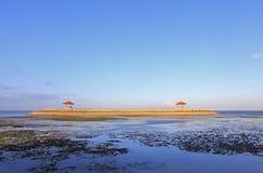Balinese Pagoden op Karang-strand in Sanur royalty-vrije stock foto's