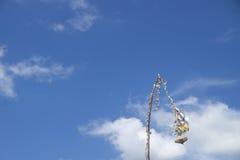 Balinese Penjor en el cielo azul, Bali, Indonesia Foto de archivo