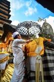 Balinese-Priester ` s, das Vorbereitung für Ritual im Tempel tut Lizenzfreie Stockfotos