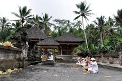 Balinese que ruega en el templo tampaksiring Fotografía de archivo