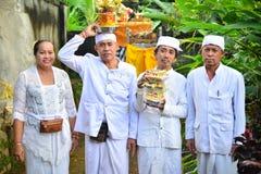 Balinese ` s Priester auf weißer Kleidung Stockfotos