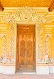 Balinese som snider dörren Royaltyfria Bilder