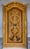 Balinese som snider dörren i det Batuan tempelet, Bali Royaltyfria Foton