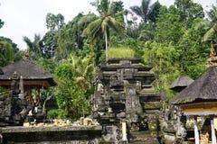 Balinese tempel in een tuin met installaties Stock Foto