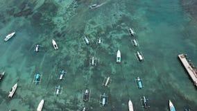 Balinese tradicional Fisher Boats na praia de Sanur, Bali, Indonésia A opinião do zangão - imagem imagens de stock