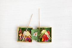 Balinese tradicional que ofrece en fondo ligero Imagen de archivo