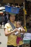 Balinese vrouw en jong geitje verkopende herinneringen Royalty-vrije Stock Foto's