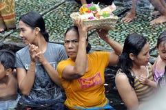 Balinese vrouwen bij het tampaksiring van tempel stock fotografie