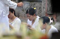 Balinese vrouwen in gebed royalty-vrije stock afbeeldingen