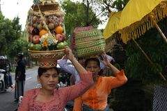 Balinese Woman Carrying Offerings On Her Head Royalty Free Stock Photo