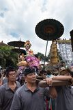 Balinese woman dressed in traditional clothes carried on a chariot in Ubud, Bali during the Royal family funeral 2nd March 2018 stock images
