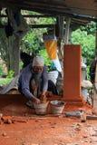 Balinesearbetare som konstruerar den dekorativa beståndsdelen Arkivbild