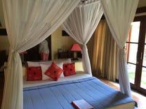 Balineseartschlafzimmer, Eleganz und Komfort-Indonesierart Lizenzfreies Stockfoto