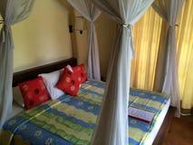 Balineseartschlafzimmer, Eleganz und Komfort-Indonesierart Stockfotos