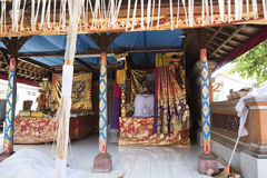 Balinesedödceremoni - lägga i kista i korridor hemma royaltyfri foto