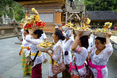 Balinesedanandeförberedelse för att be Arkivfoto