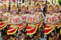 Balineseflickor i traditionella balinesedräkter Arkivfoton